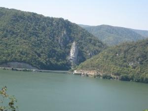 Statuia lui Decebal - vazuta de pe malul sarbesc al Dunarii