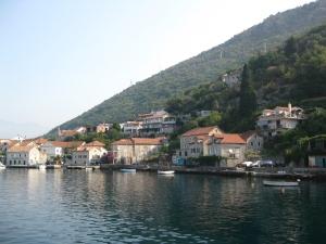 Case pe malul Golfului Kotor