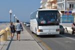 Autocare cu turisti in tur de insula