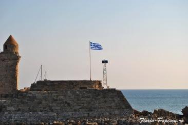 Rodos Port - Steagul Greciei in lumina diminetii